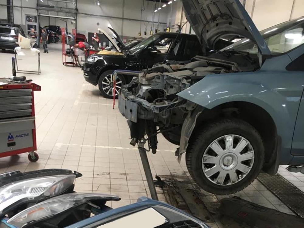 Передняя часть кузова Ford Focus во время осмотра