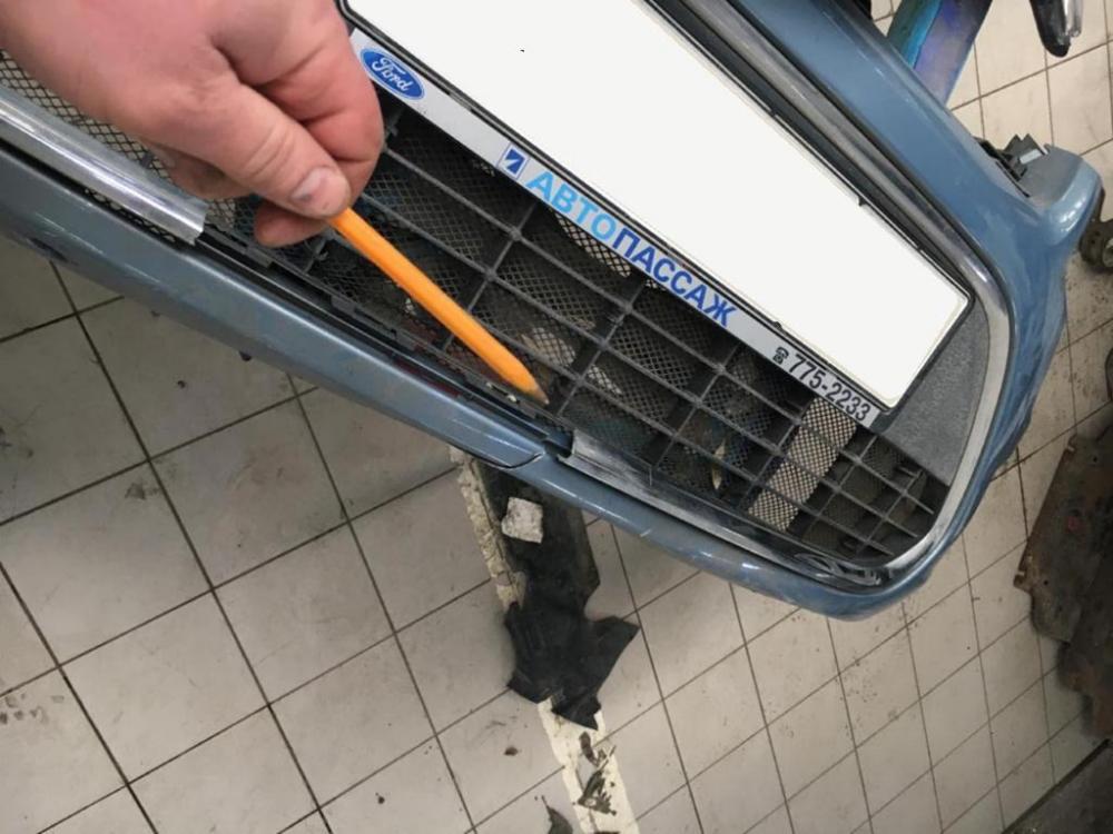 Небольшая трещина на переднем бампере автомобиля