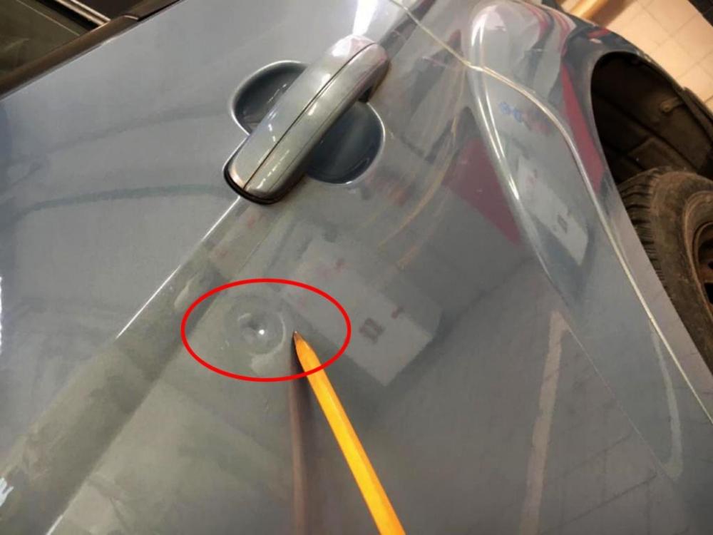 Небольшая вмятина на задней левой двери авто