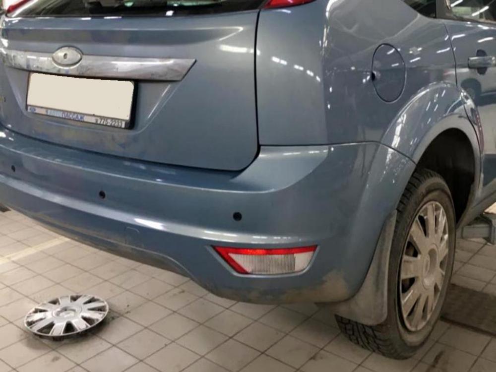 Облезлая краска в нижней части заднего бампера автомобиля
