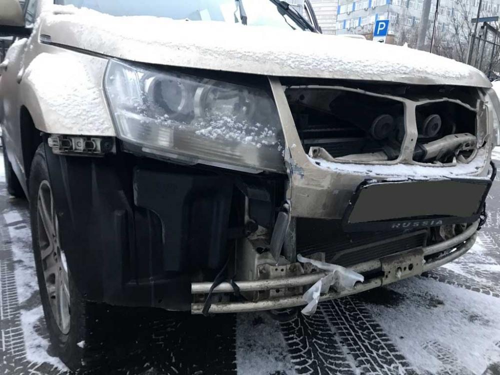 Повреждения правой передней стороны кузова крупным планом