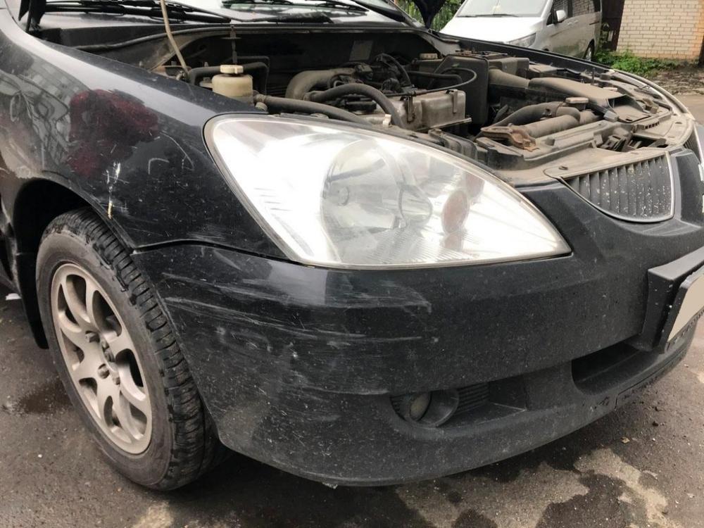 Повреждения переднего бампера и крыла автомобиля крупным планом