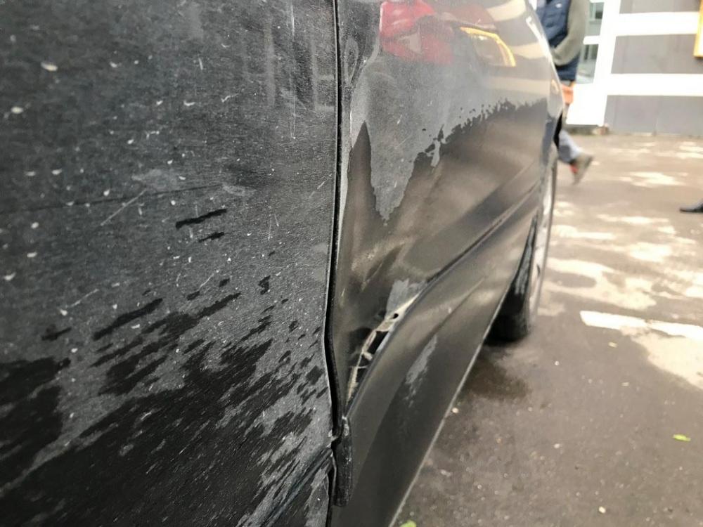 Вмятины на передней правой двери Mitsubishi Lancer