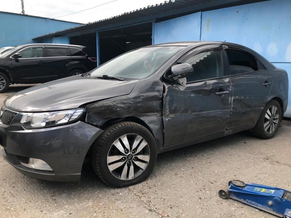 Левая сторона машины, поврежденная в аварии