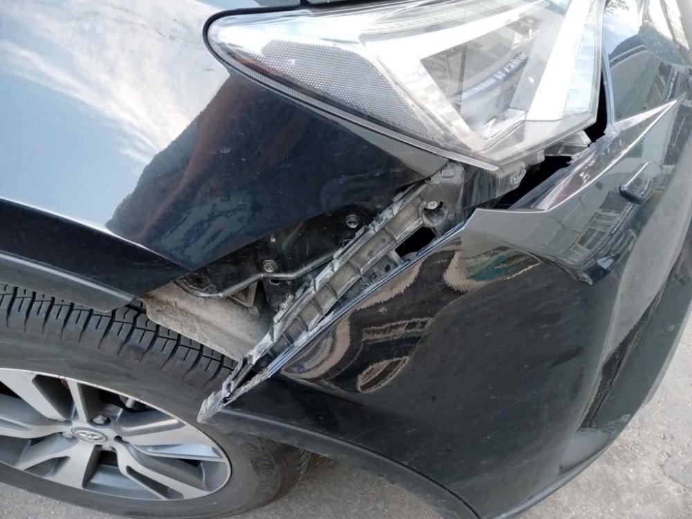 Повреждения переднего бампера с правой стороны