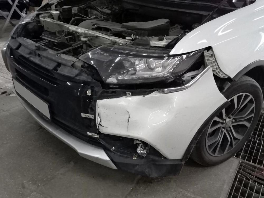 Повреждения левой передней части автомобиля крупным планом