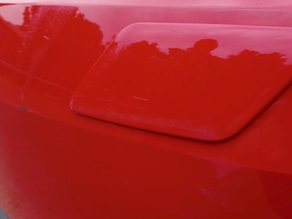 Многочисленные царапины и сколы на лакокрасочном покрытии переднего бампера