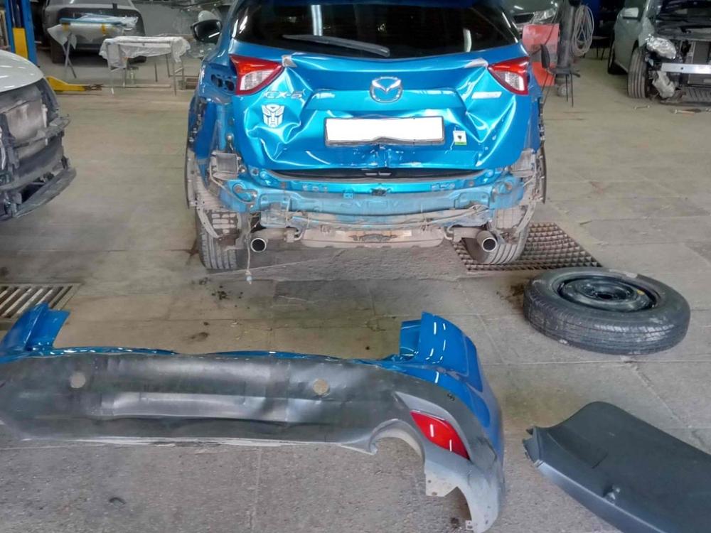 Автомобиль Мазда в процессе кузовного ремонта