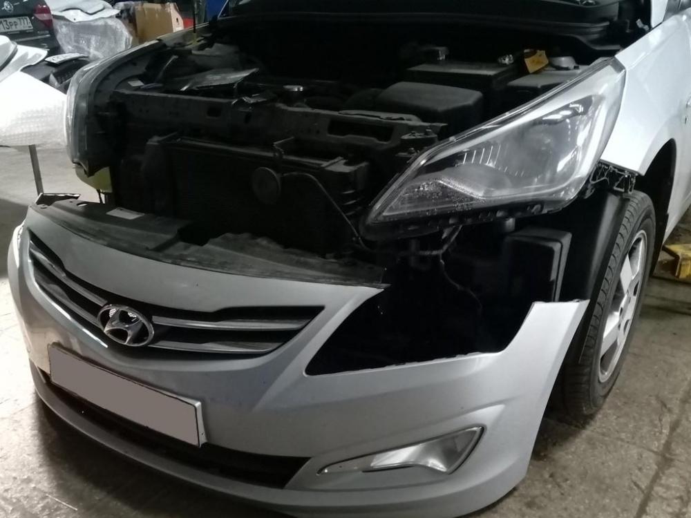 Автомобиль Хёндэ со снятым передним бампером
