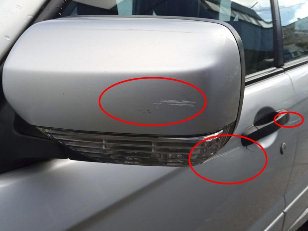 Потертость на зеркале и царапины на дверях машины с левой стороны