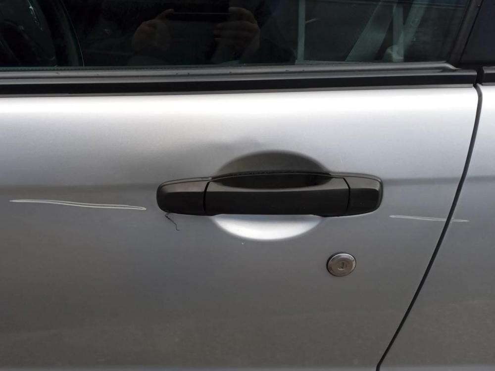 Глубокие царапины на дверях с левой стороны кузова