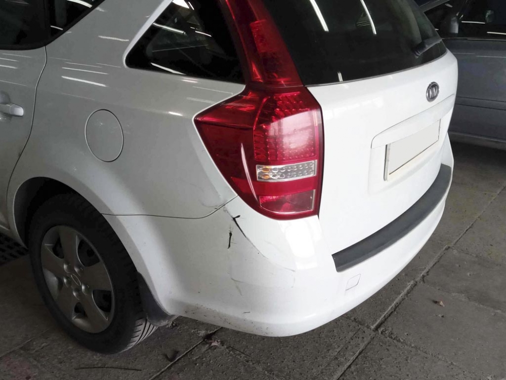 Повреждения задней левой стороны автомобиля