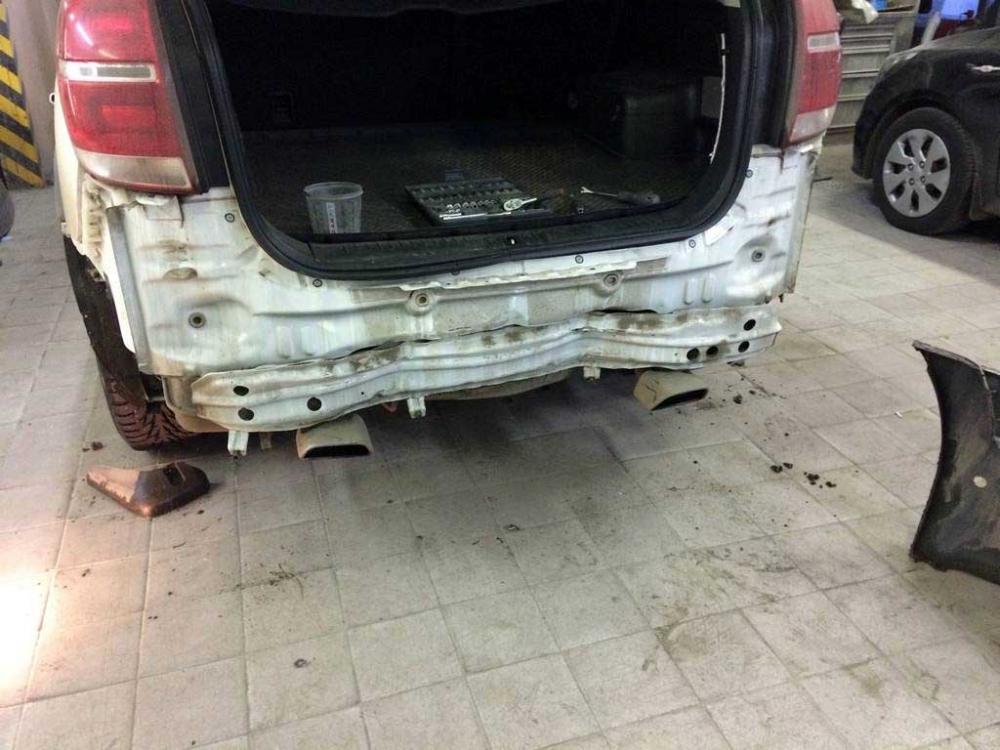 Повреждения задней панели авто крупным планом