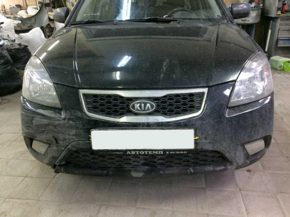 Передняя часть кузова автомобиля до ремонта и покраски