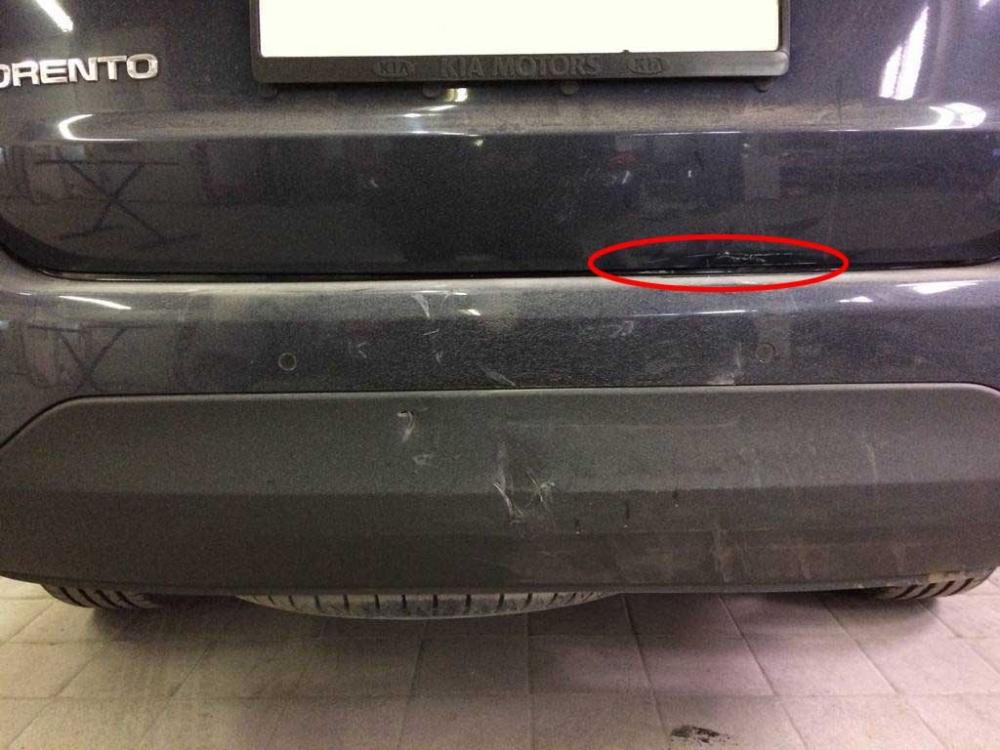 Повреждения крышки багажника и заднего бампера крупным планом