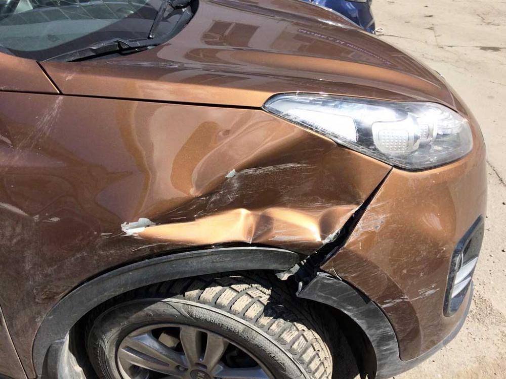 Повреждения правого переднего крыла и бампера крупным планом